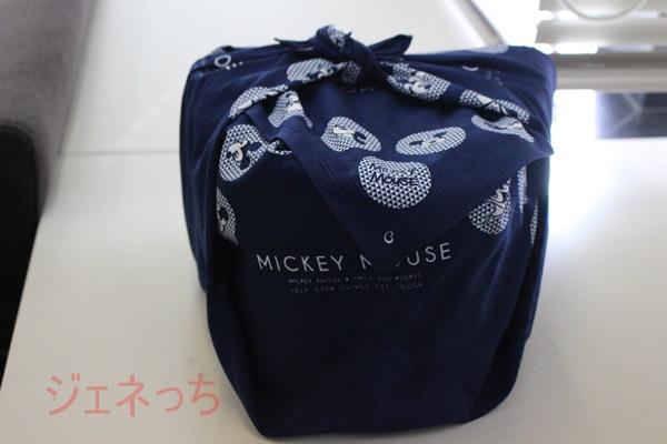 ミッキーの3段重のおせち 風呂敷包まって
